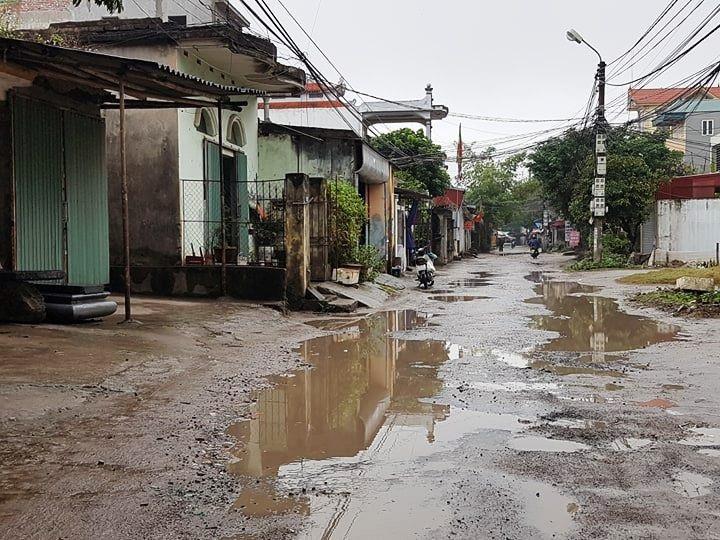 """Ninh Bình: Người dân khốn khổ vì con đường """"nát bét"""" giữa lòng thành phố! - Ảnh 2."""
