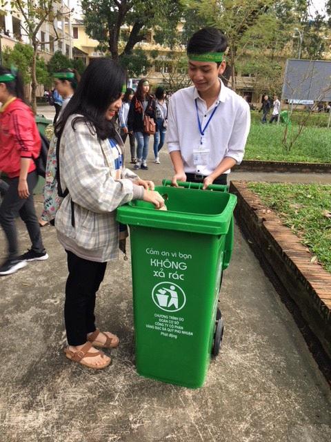 Sinh viên Huế nhặt rác thải, thi ý tưởng sáng tạo từ phế liệu - Ảnh 3.