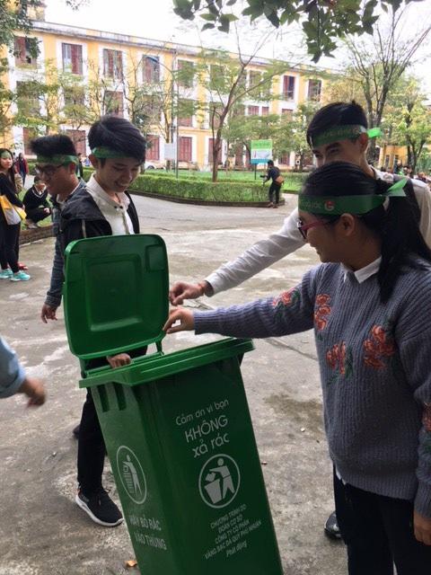 Sinh viên Huế nhặt rác thải, thi ý tưởng sáng tạo từ phế liệu - Ảnh 4.