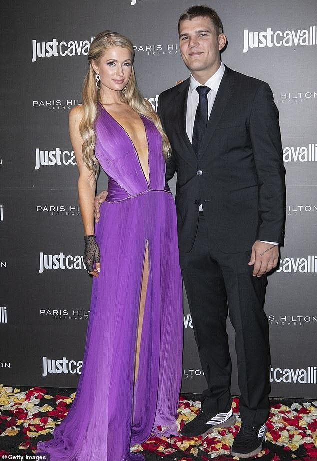 Paris Hilton gợi cảm bên người mẫu kém 15 tuổi - Ảnh 8.