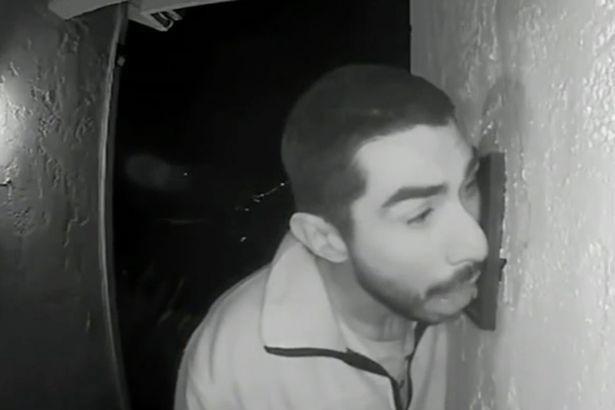 Cảnh sát Mỹ truy tìm kẻ biến thái liếm chuông cửa suốt 3 giờ đồng hồ trong đêm - Ảnh 1.