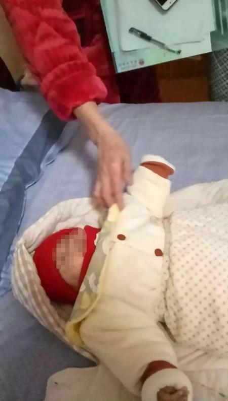 Mẹ hành hạ con sơ sinh rồi quay clip để dằn mặt chồng - Ảnh 2.