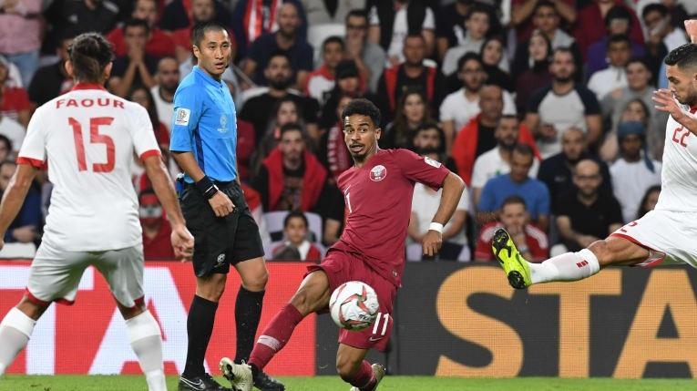 Qatar thắng Lebanon trong trận cầu nhiều tranh cãi - Ảnh 2.