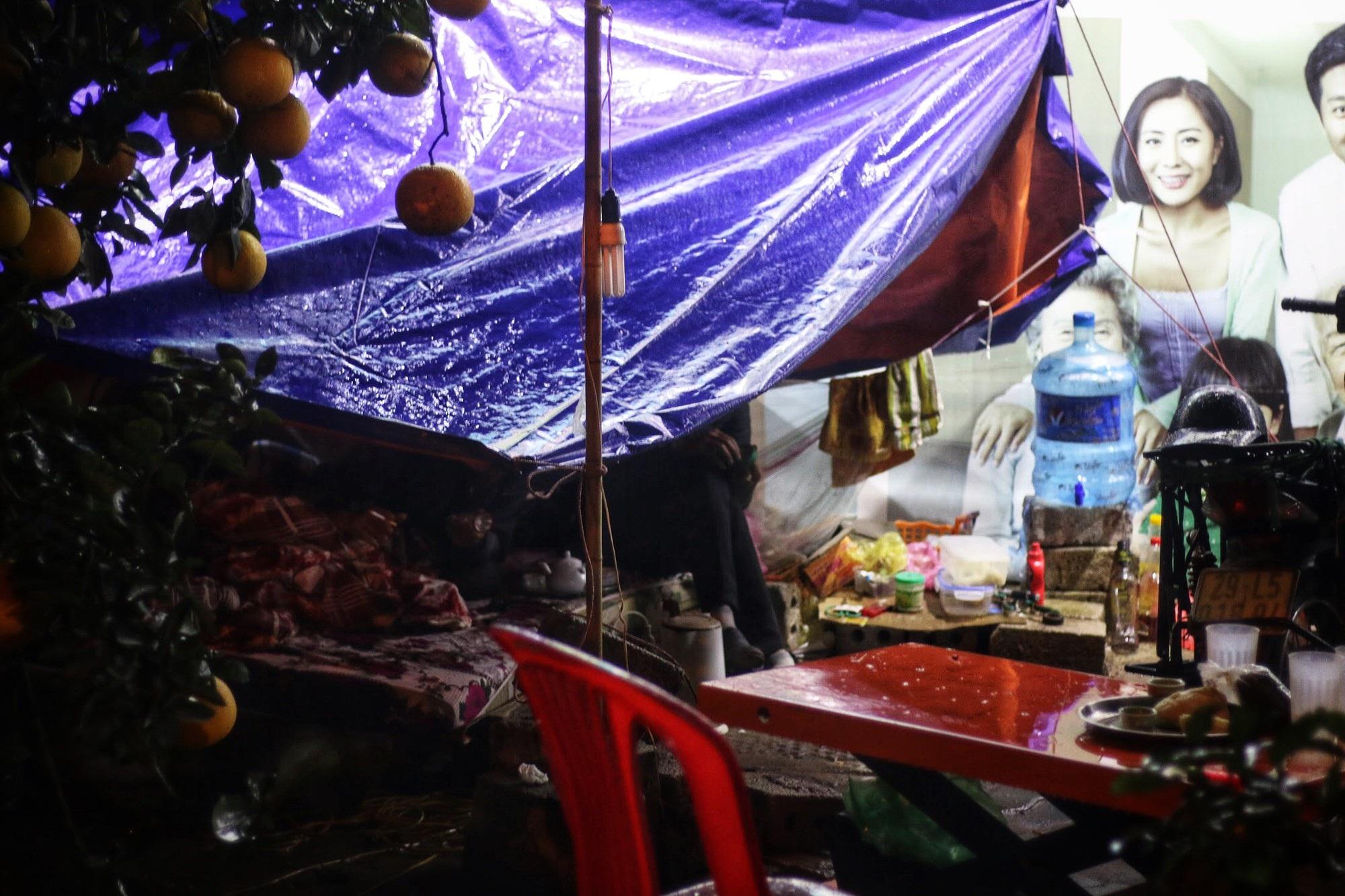 Lo mất trộm, người Hà Nội dựng lều đốt lửa trông đào xuyên đêm - Ảnh 2.