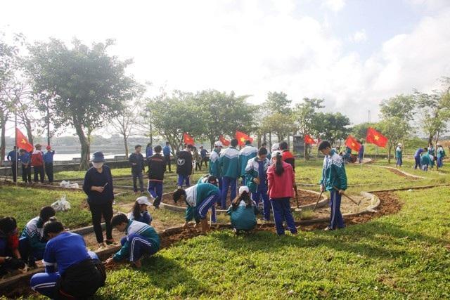 Học sinh ươm cây xanh trồng ở nghĩa trang, di tích lịch sử - Ảnh 4.