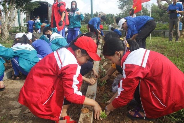 Học sinh ươm cây xanh trồng ở nghĩa trang, di tích lịch sử - Ảnh 6.