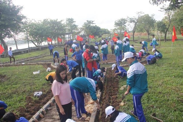 Học sinh ươm cây xanh trồng ở nghĩa trang, di tích lịch sử - Ảnh 7.