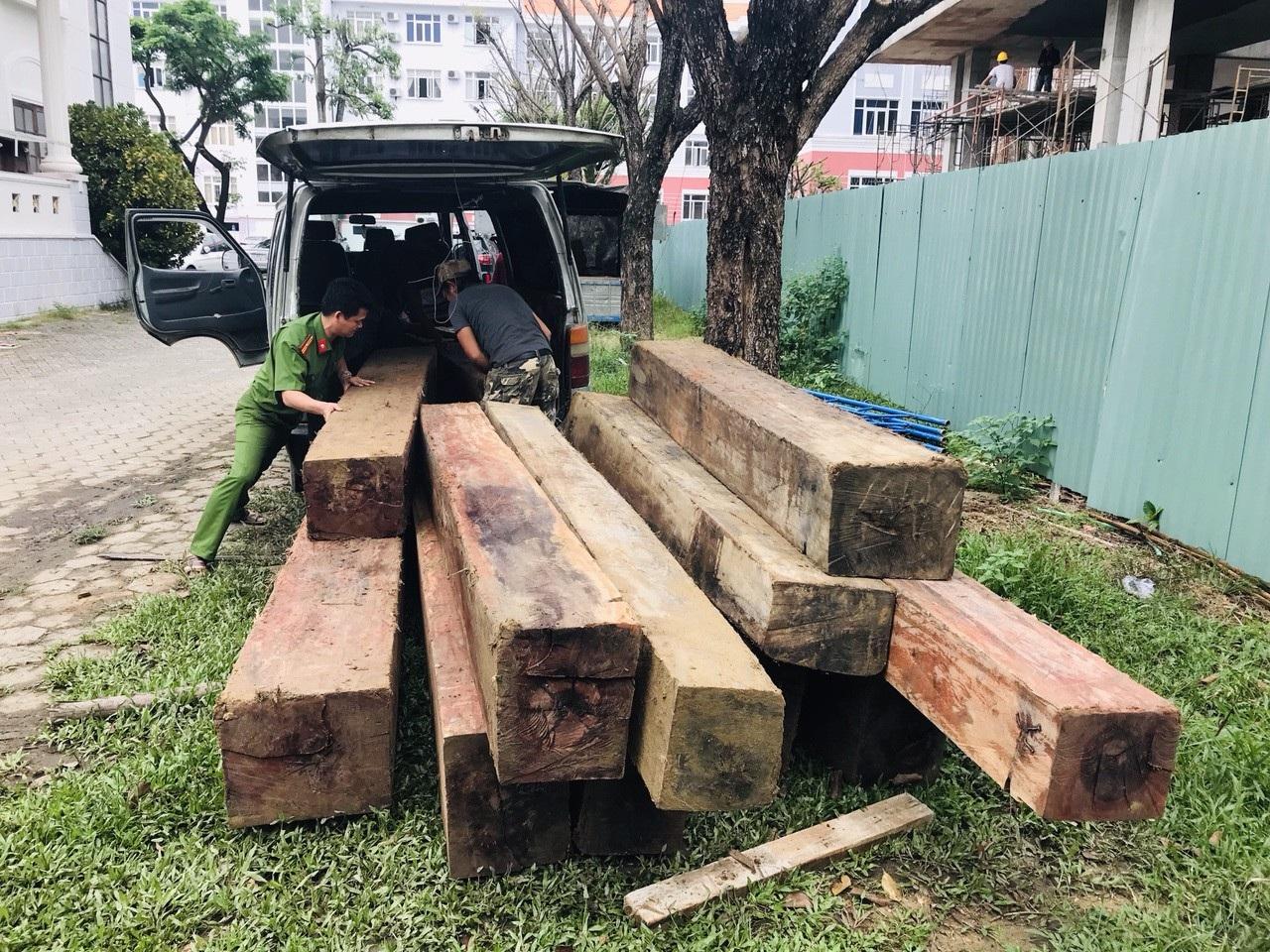 """Dùng xe khách """"hết đát"""" tháo ghế để chở gỗ lậu - Ảnh 1."""