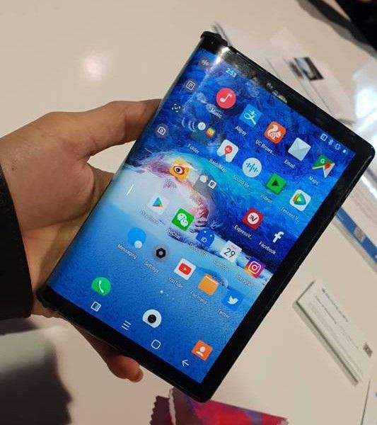 Cận cảnh chiếc smartphone có thể gập được đầu tiên trên thế giới - Ảnh 9.
