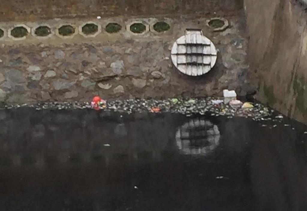 Kinh hãi nước trong kênh hào Thành Cổ đột ngột chuyển đen như mực! - Ảnh 3.