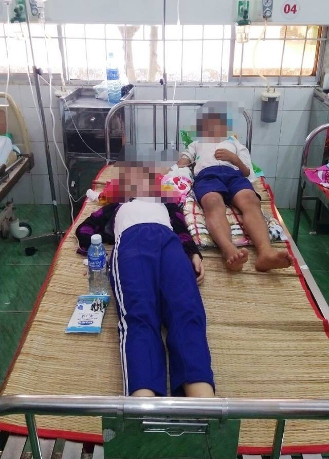 Nhiều học sinh nhập viện sau khi súc miệng bằng dung dịch fluor - Ảnh 1.