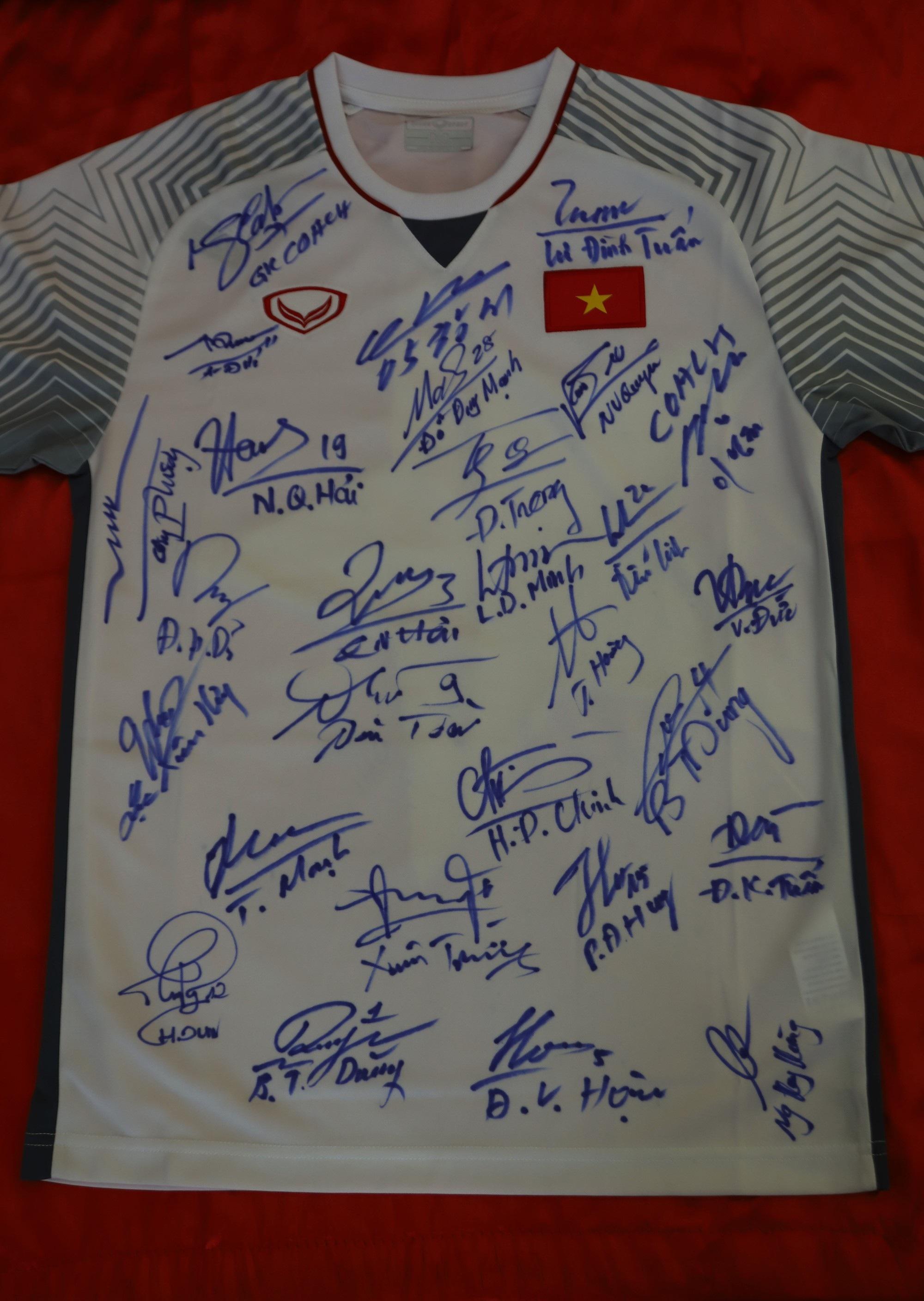 Đấu giá bóng và áo đấu của  đội tuyển Việt Nam tặng Thủ tướng Nguyễn Xuân Phúc - Ảnh 2.