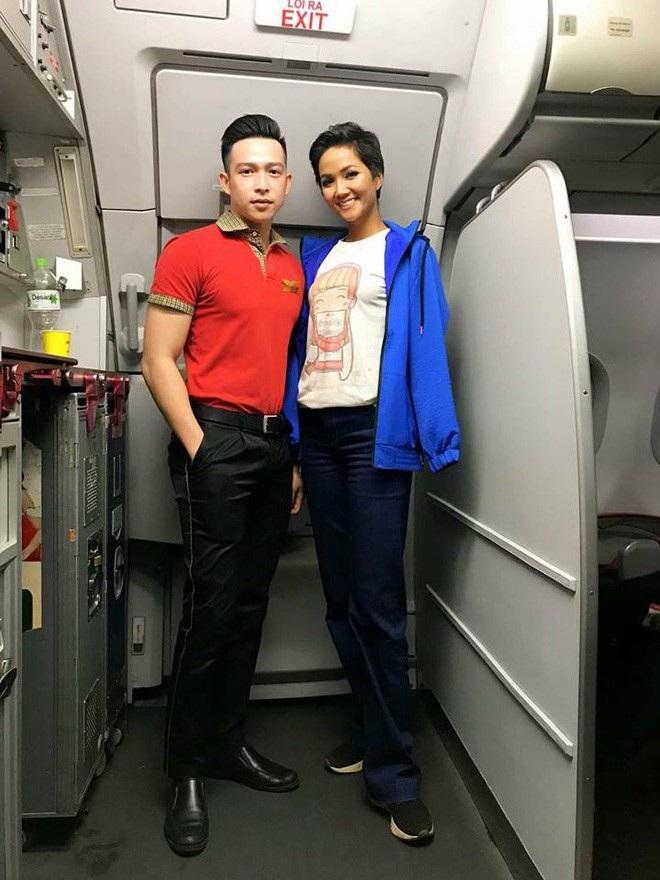 Hhen Niê lên tiếng khi bị bàn tán về việc mặc áo cũ kỹ, đi giày bẩn lên máy bay - Ảnh 1.