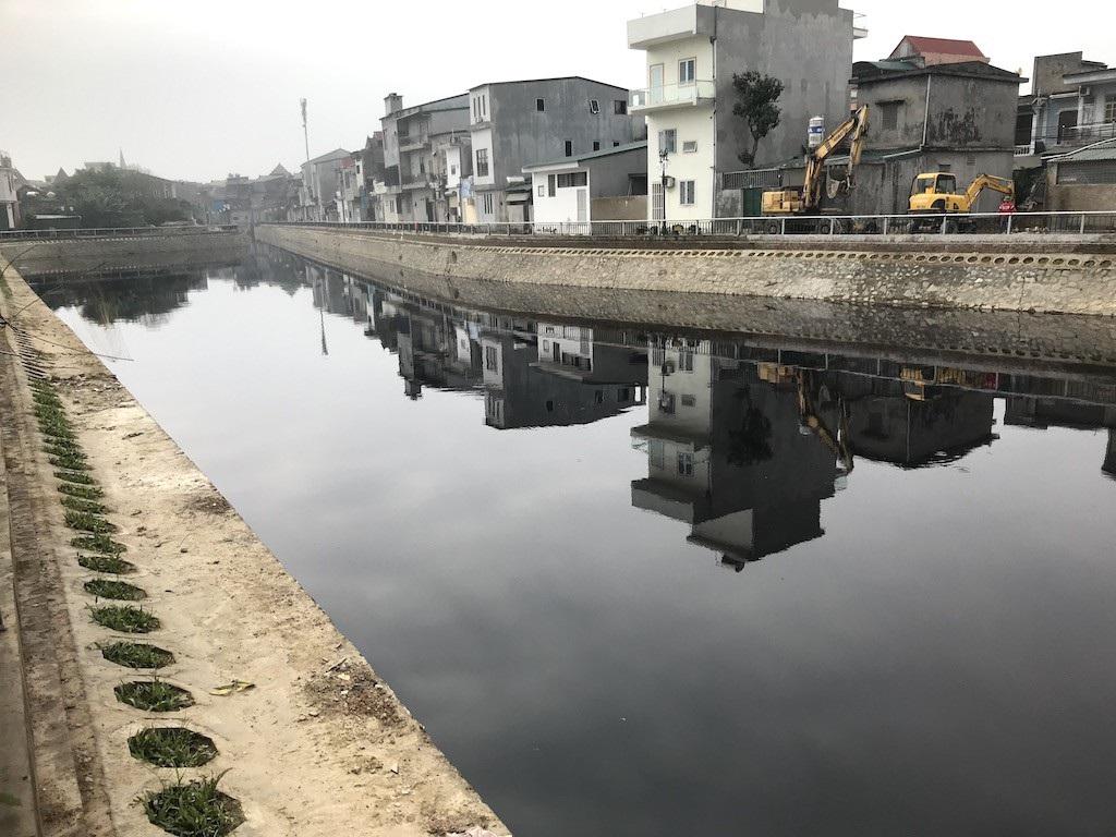 Kinh hãi nước trong kênh hào Thành Cổ đột ngột chuyển đen như mực! - Ảnh 4.