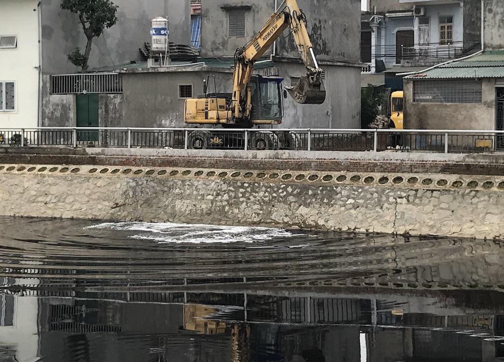 Kinh hãi nước trong kênh hào Thành Cổ đột ngột chuyển đen như mực! - Ảnh 9.