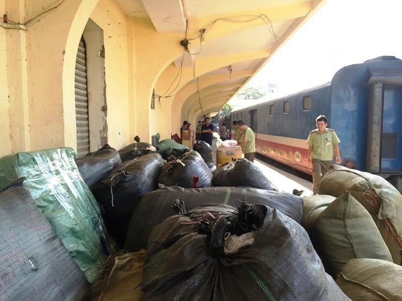 TPHCM bắt giữ 84 kiện quần áo, giày dép không rõ nguồn gốc - Ảnh 1.