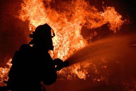 Tình nguyện viên chữa cháy đốt nhà... cho vui - Ảnh 1.