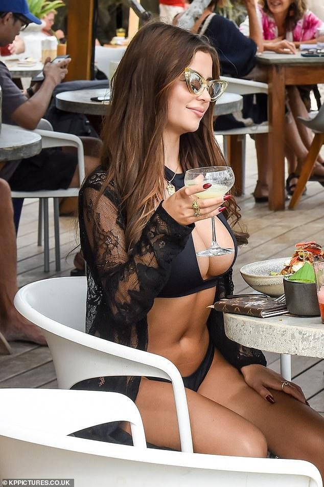 Demi Rose khoe ngực khủng đi chơi cùng bạn trai  - Ảnh 4.