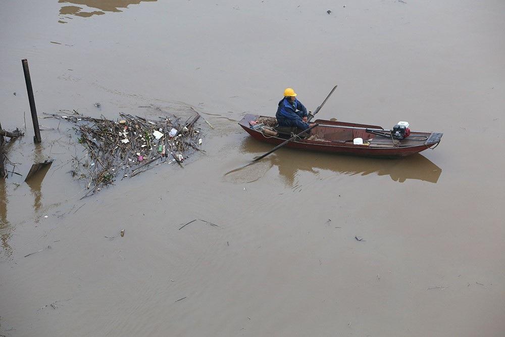 Hà Nội: Sông Hồng xuất hiện nhiều củi rác trôi dạt - Ảnh 6.