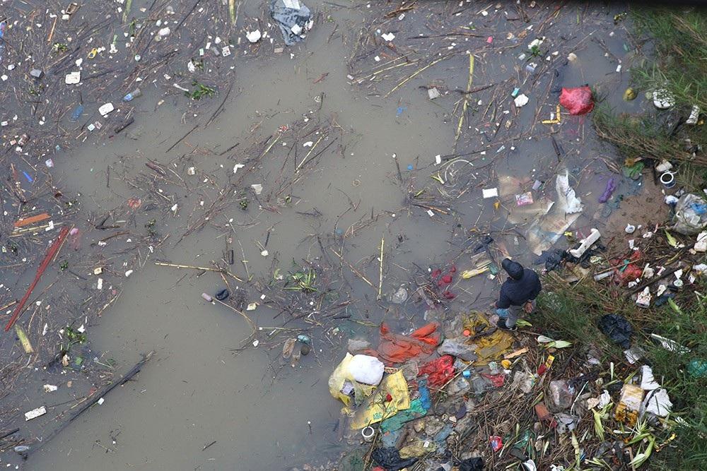 Hà Nội: Sông Hồng xuất hiện nhiều củi rác trôi dạt - Ảnh 10.