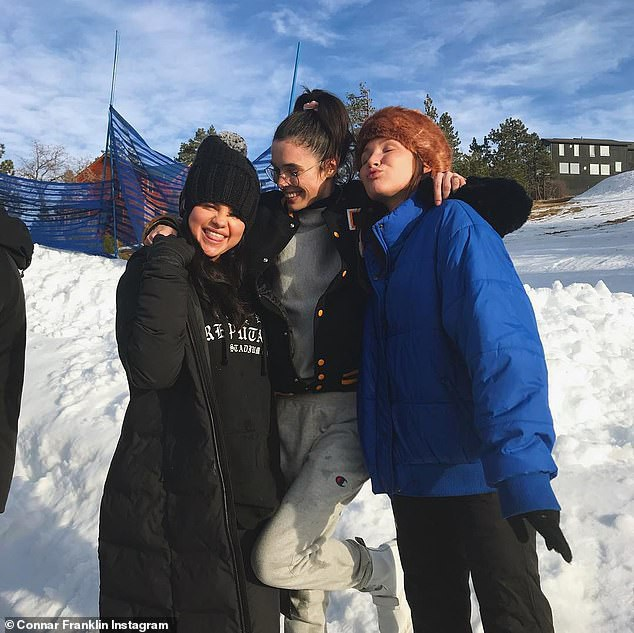 Bỏ qua Justin Bieber, Selena Gomez hạnh phúc bên gia đình và bạn bè - Ảnh 4.