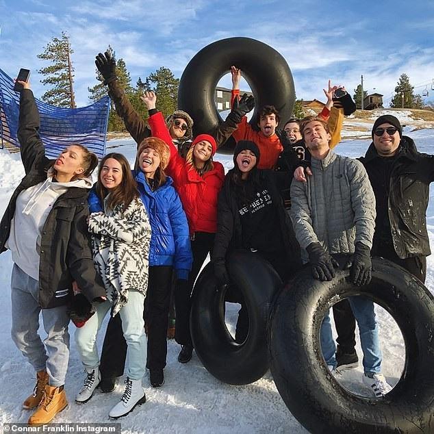 Bỏ qua Justin Bieber, Selena Gomez hạnh phúc bên gia đình và bạn bè - Ảnh 3.