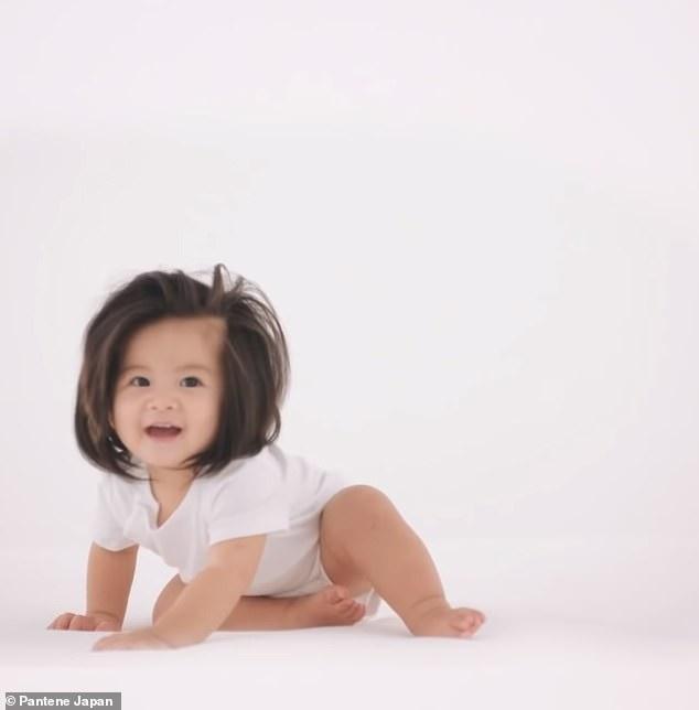 Em bé một tuổi có mái tóc bồng bềnh trở thành... gương mặt quảng cáo gây sốt - Ảnh 2.