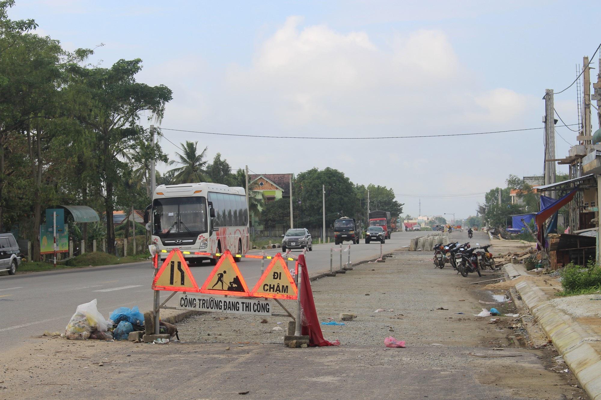 Quốc lộ 1A vẫn ngổn ngang sau 5 lần gia hạn tiến độ - Ảnh 1.
