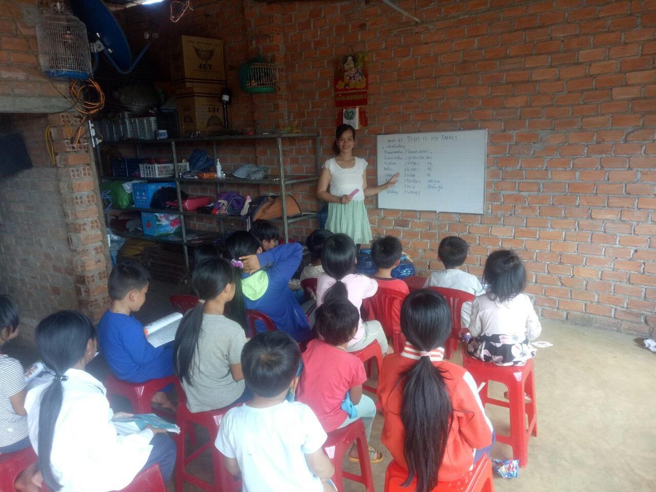 Lớp tiếng Anh miễn phí cho học sinh vùng cao của cô giáo M'Nông - Ảnh 2.