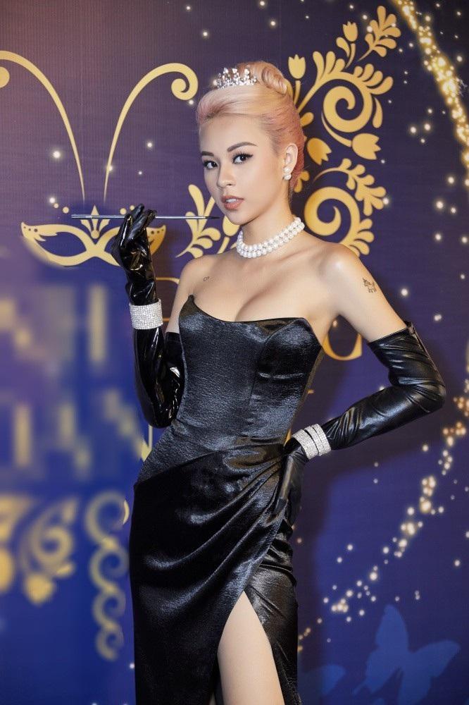 Phí Phương Anh lơ đãng khoe vòng 1 nóng bỏng khi hóa thân thành Audrey Hepburn - Ảnh 2.