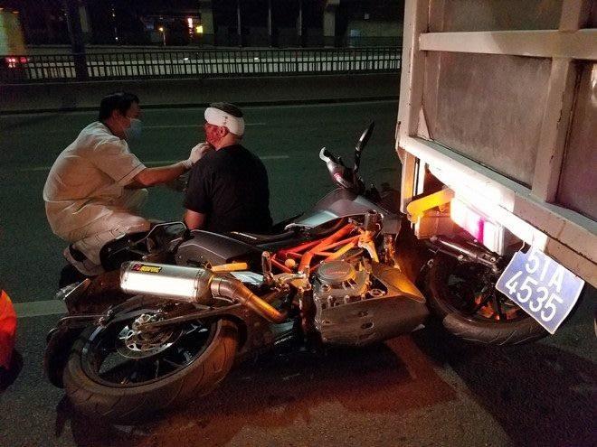 """Tai nạn """"kép"""" vì xe máy lưu thông vào đường cấm trên cầu Sài Gòn, 3 người thương vong - Ảnh 2."""