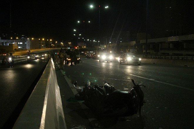 """Tai nạn """"kép"""" vì xe máy lưu thông vào đường cấm trên cầu Sài Gòn, 3 người thương vong - Ảnh 1."""