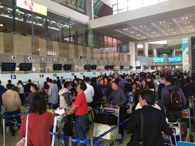 Sân bay Nội Bài hạn chế người đưa tiễn dịp Tết để tránh ùn tắc - Ảnh 1.