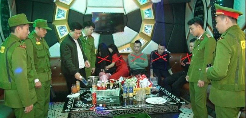 Bắt 5 nam nữ thanh niên đang phê ma túy đá trong quán karaoke - Ảnh 1.