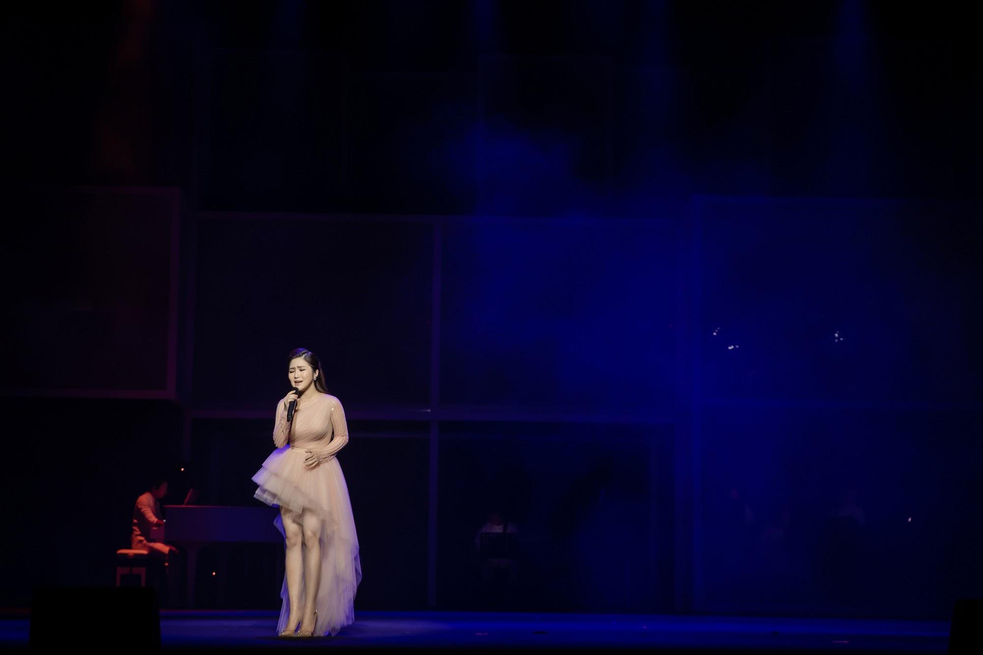 Hương Tràm bật khóc nức nở trong liveshow đầu đời - Ảnh 5.