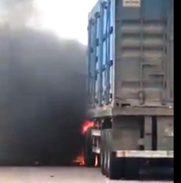 Xe container bốc cháy khi vừa rời cảng Quy Nhơn vài trăm mét - Ảnh 2.