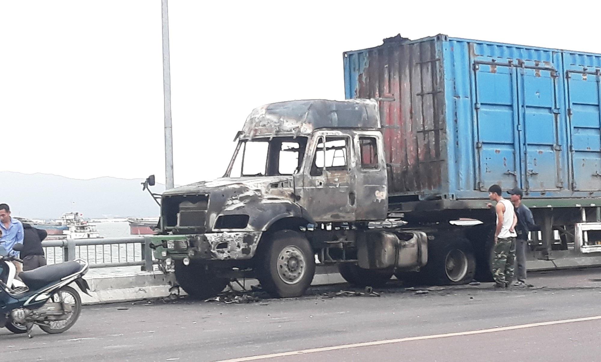 Xe container bốc cháy khi vừa rời cảng Quy Nhơn vài trăm mét - Ảnh 3.