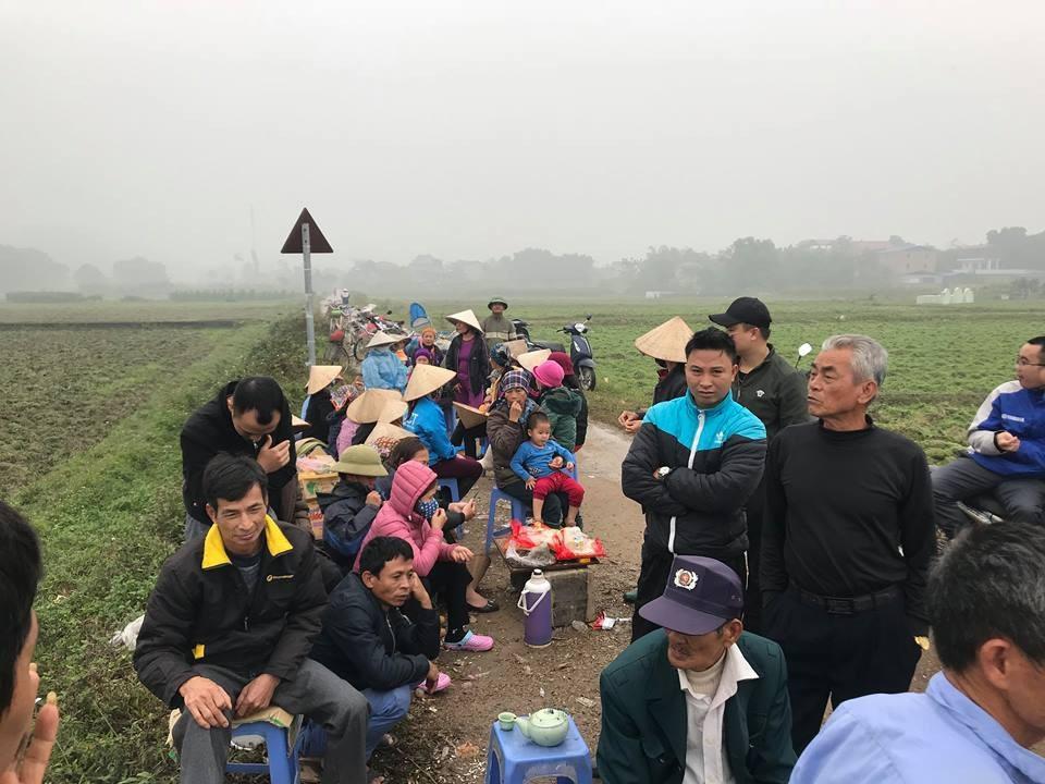 Hàng chục người dân vẫn bám trụ ngày đêm, chặn xe vào bãi rác Nam Sơn - Ảnh 1.