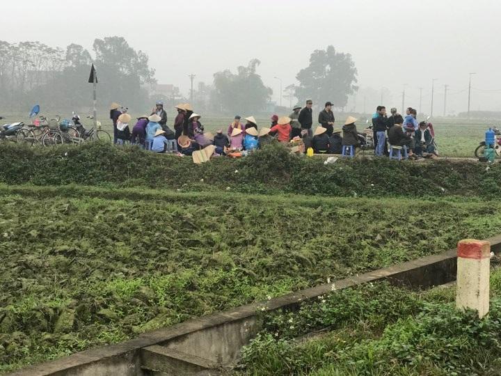 Hàng chục người dân vẫn bám trụ ngày đêm, chặn xe vào bãi rác Nam Sơn - Ảnh 5.