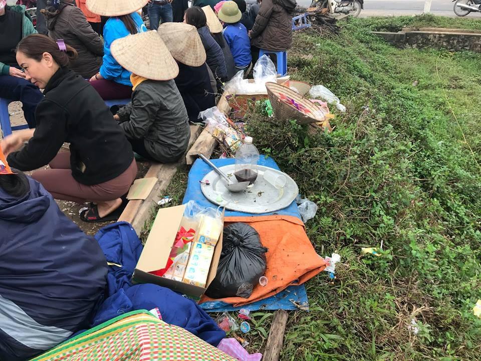 Hàng chục người dân vẫn bám trụ ngày đêm, chặn xe vào bãi rác Nam Sơn - Ảnh 3.
