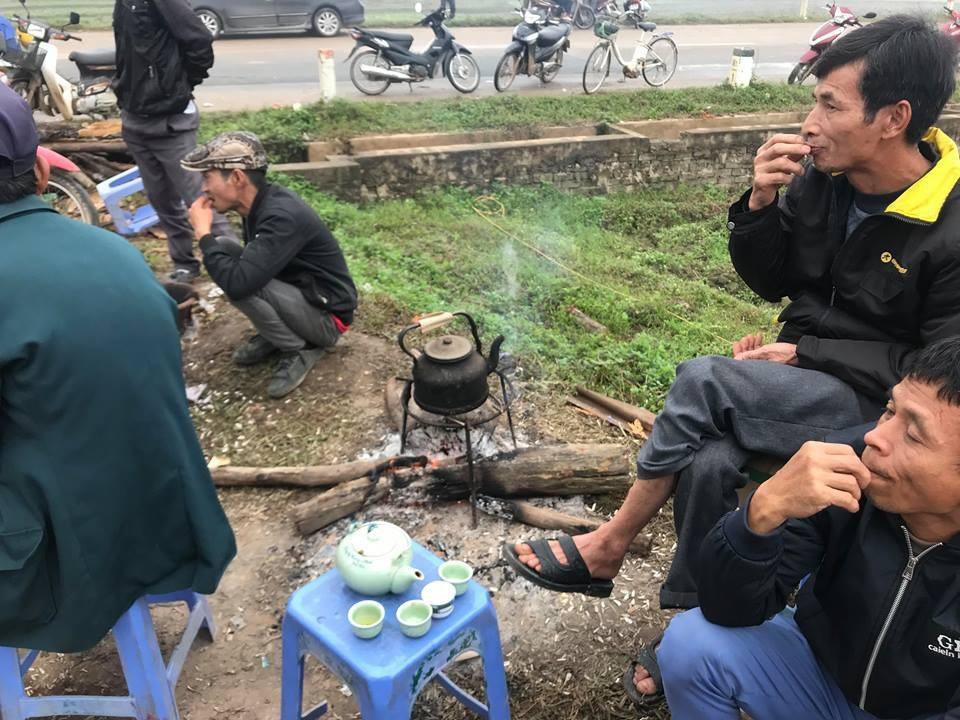 Hàng chục người dân vẫn bám trụ ngày đêm, chặn xe vào bãi rác Nam Sơn - Ảnh 4.