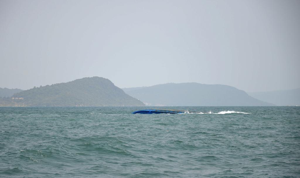 Lật sà lan chở gạch trên biển Phú Quốc, 1 người mất tích - Ảnh 1.