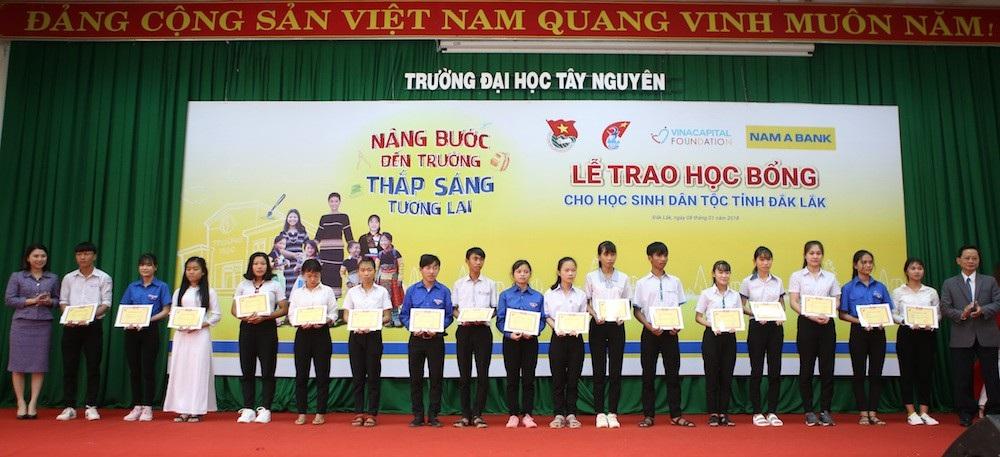 Hoa hậu HHen Niê trao học bổng tại Đăk Lăk - Ảnh 1.
