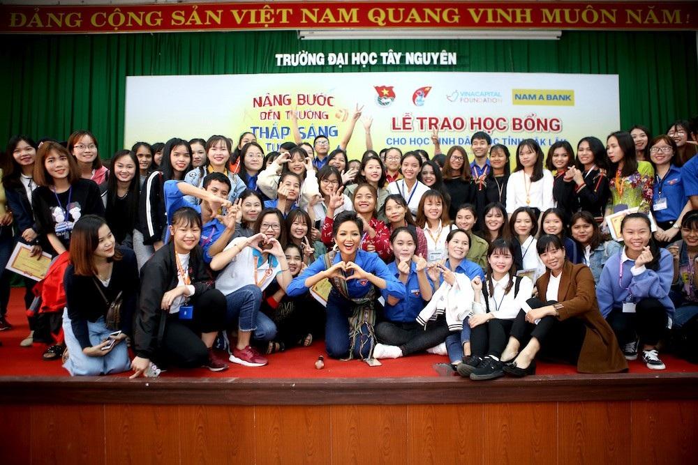 Hoa hậu HHen Niê trao học bổng tại Đăk Lăk - Ảnh 3.