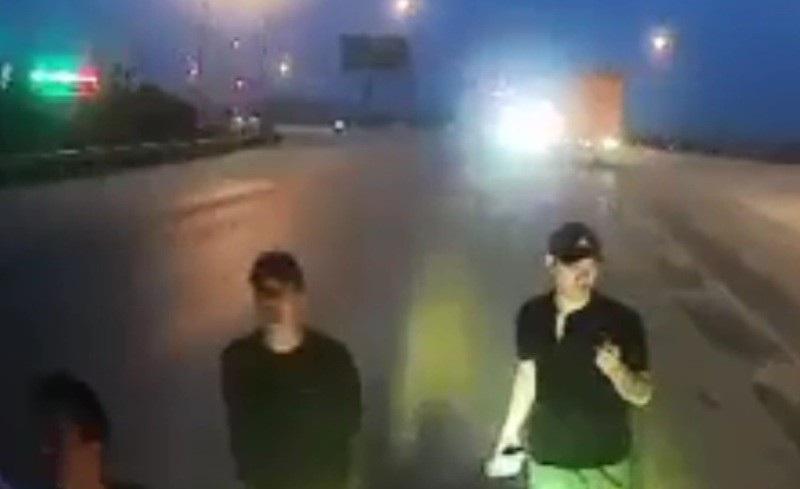 """Truy tìm nhóm thanh niên """"ăn vạ"""" trước đầu xe ô tô trên quốc lộ 1A - Ảnh 1."""