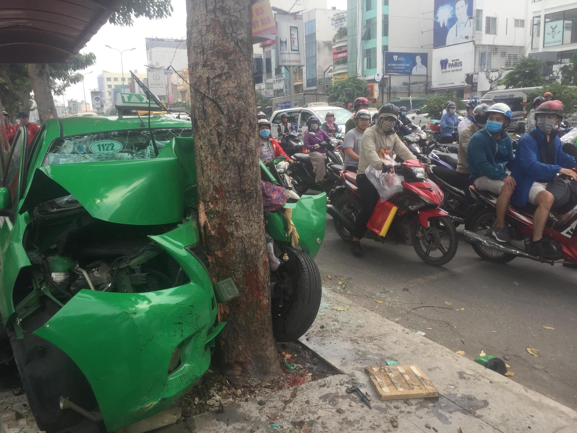 TPHCM: Taxi bể nát khi tông thẳng vào gốc cây - Ảnh 1.