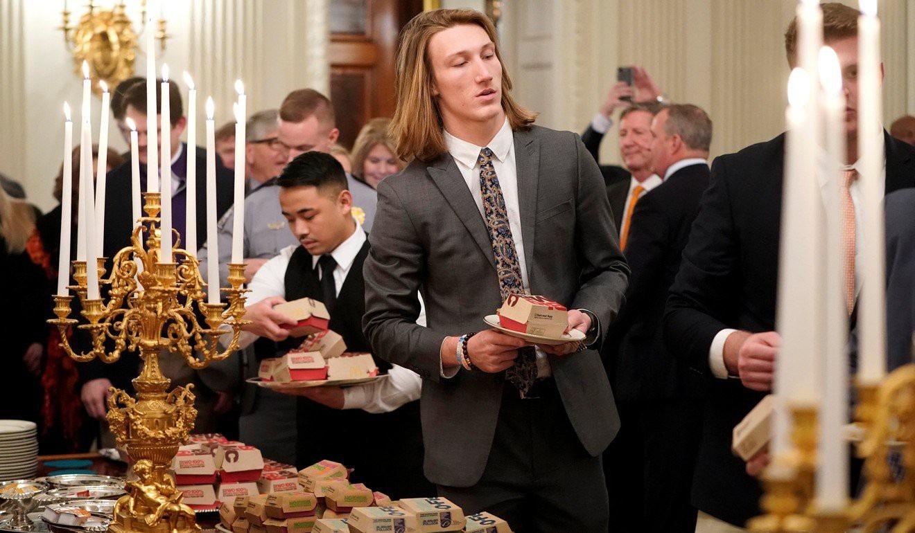 Chính phủ đóng cửa, ông Trump bỏ tiền túi mua đồ ăn nhanh đãi khách - Ảnh 4.