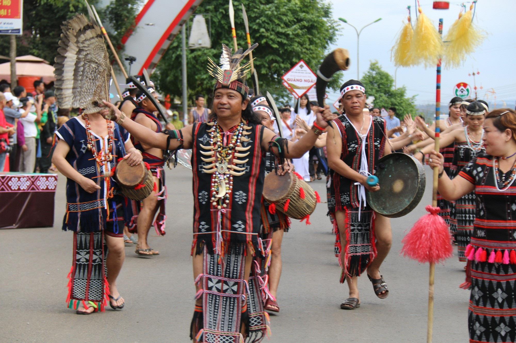 """Người dân đổ ra đường theo dõi """"con đường thổ cẩm"""" lớn nhất Đắk Nông - Ảnh 5."""