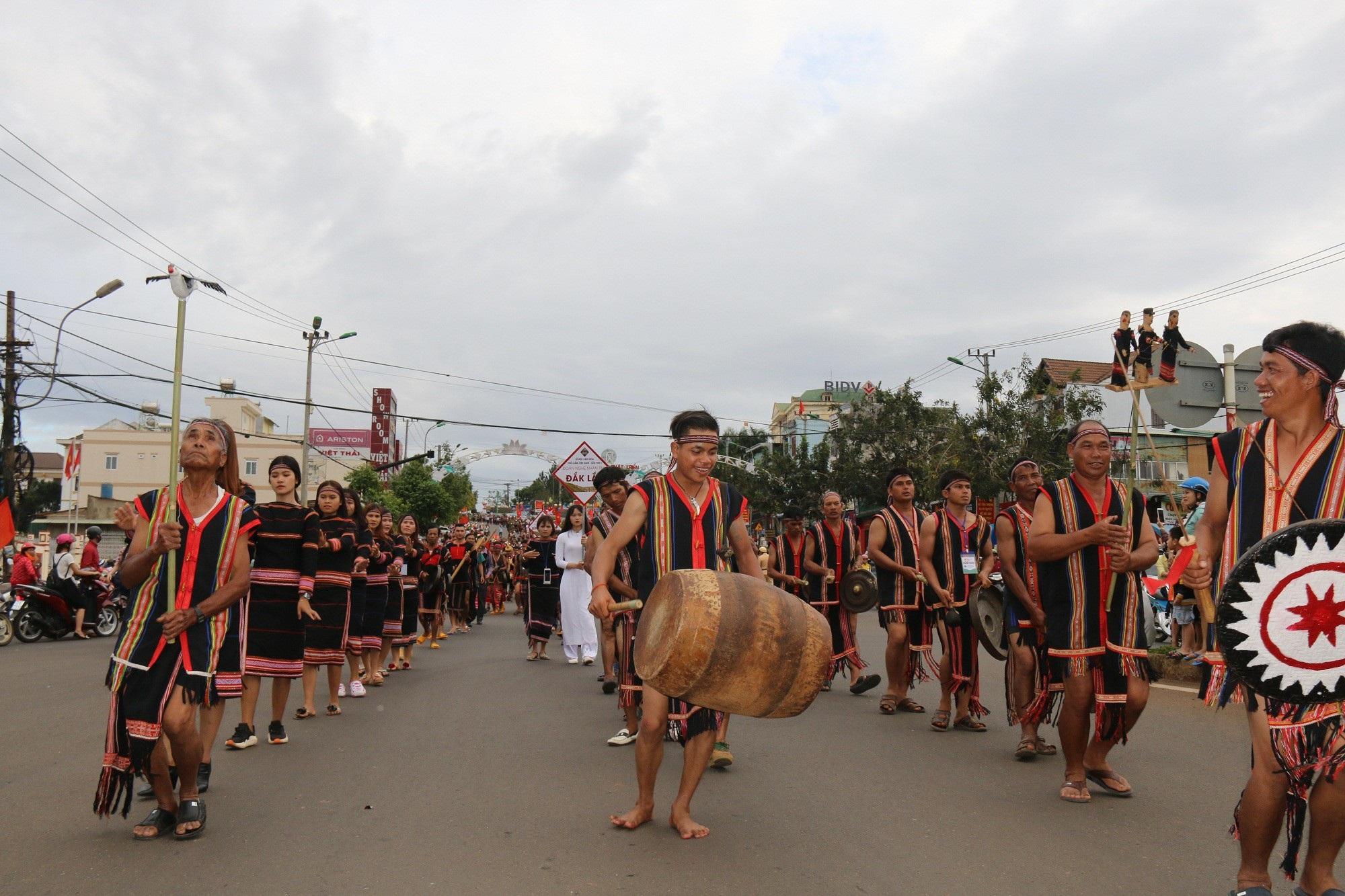 """Người dân đổ ra đường theo dõi """"con đường thổ cẩm"""" lớn nhất Đắk Nông - Ảnh 6."""