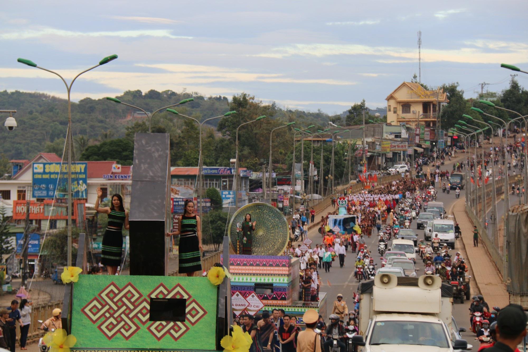 """Người dân đổ ra đường theo dõi """"con đường thổ cẩm"""" lớn nhất Đắk Nông - Ảnh 7."""